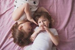 Samtal för flickasyskonsystrar, children& x27; s-hemligheter, kram, relationsh Royaltyfri Fotografi