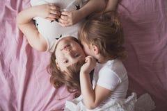 Samtal för flickasyskonsystrar, children& x27; s-hemligheter, kram, relationsh Arkivfoto