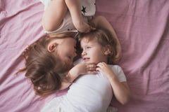 Samtal för flickasyskonsystrar, children& x27; s-hemligheter, kram, relationsh Arkivbild