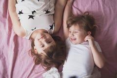 Samtal för flickasyskonsystrar, children& x27; s-hemligheter, kram, relationsh Arkivfoton