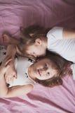 Samtal för flickasyskonsystrar, children& x27; s-hemligheter, kram, relationsh Arkivbilder