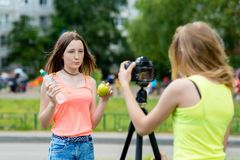 samtal för 2 flickor om frukter Den sunda brodern bor ett riktigt bantar I hennes händer rymmer det flaskvatten och äpplet Rekord Arkivfoton