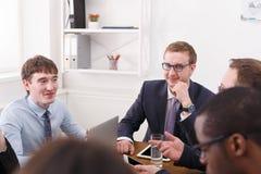 samtal för möte för bärbar dator för skrivbord för affärsaffärsmancmputer le till att använda kvinnan Arbetare på skrivbordet whi Royaltyfria Bilder