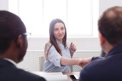 samtal för möte för bärbar dator för skrivbord för affärsaffärsmancmputer le till att använda kvinnan Chefhandshaking, når möte Arkivbild
