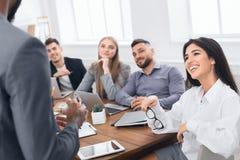 samtal för möte för bärbar dator för skrivbord för affärsaffärsmancmputer le till att använda kvinnan Folk i formella kläder som  royaltyfria bilder
