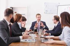 samtal för möte för bärbar dator för skrivbord för affärsaffärsmancmputer le till att använda kvinnan Framstickandet talar till a royaltyfri fotografi