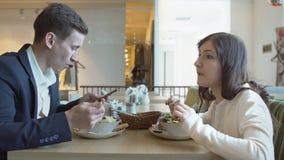 samtal för möte för bärbar dator för skrivbord för affärsaffärsmancmputer le till att använda kvinnan Ung man och kvinna i kafé arkivfilmer