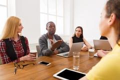 samtal för möte för bärbar dator för skrivbord för affärsaffärsmancmputer le till att använda kvinnan Ungt lag i modernt kontor arkivbild