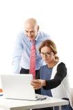 samtal för möte för bärbar dator för skrivbord för affärsaffärsmancmputer le till att använda kvinnan Arkivbild