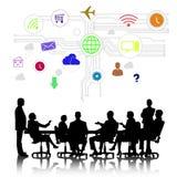 samtal för möte för bärbar dator för skrivbord för affärsaffärsmancmputer le till att använda kvinnan Royaltyfria Bilder