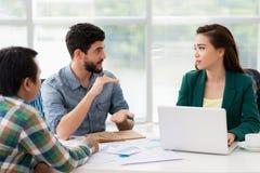 samtal för möte för bärbar dator för skrivbord för affärsaffärsmancmputer le till att använda kvinnan Arkivfoto