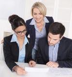 samtal för möte för bärbar dator för skrivbord för affärsaffärsmancmputer le till att använda kvinnan Tre personer som sitter på  arkivfoto
