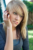 samtal för telefon för cellflicka tonårs- mobilt Royaltyfria Bilder