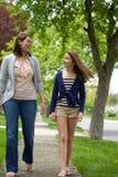 Samtal för två flickor Fotografering för Bildbyråer