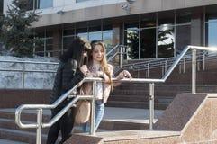 Samtal för två flickvänner i parkera Fotografering för Bildbyråer