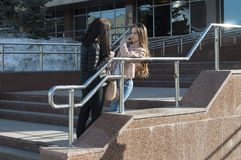 Samtal för två flickvänner i parkera Arkivfoton