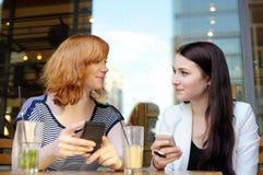 Samtal för två kvinna Arkivfoto