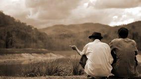 Samtal för två man om sjön och skog Arkivbilder