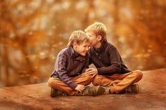 Samtal för två pojkar Royaltyfri Foto