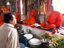 Samtal med den thailändska munken i tempel Fotografering för Bildbyråer