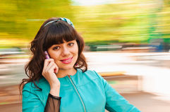 Samtal med telefonen Arkivfoto