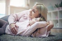 Samtal och spela Fostra och dottern royaltyfri bild