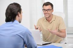 Samtal om affär. Två säkra affärspersoner som dicussing Fotografering för Bildbyråer