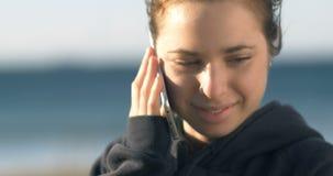 Samtal på för modellkvinna för telefon den attraktiva unga vuxna ståenden för flicka stock video