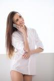 Samtal till hennes pojkvän. Royaltyfria Foton