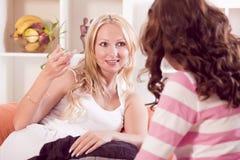 samtal tillsammans av två kvinnor Arkivfoto