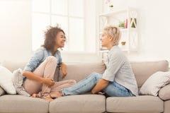 Samtala för två ungt skratta kvinnligt vänner royaltyfria foton