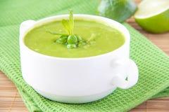 Samtartige Sahnesuppe von leichte grüne Erbsen lizenzfreie stockbilder