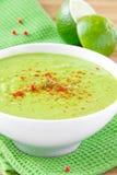 Samtartige Sahnesuppe von leichte grüne Erbsen mit Paprika Stockbilder