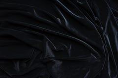 Samtgewebe des dunklen Schwarzen, Welle, Vorhänge Schöner Textilhintergrund Nahaufnahme Beschneidungspfad eingeschlossen Lizenzfreie Stockfotografie