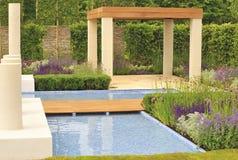 samtida designträdgård Arkivbild