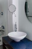 Samtida för rengöring för spegel för vaskbadrumbunke royaltyfria foton
