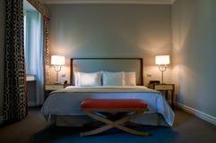 samtida hotelllyx för sovrum royaltyfria bilder