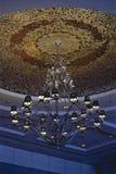 Samtida konst av ljuskronan, modern ljuskrona som hänger med T royaltyfria foton