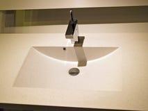 samtida märkes- modern vask för badrum Fotografering för Bildbyråer