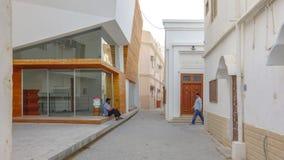 Samtida och traditionella byggnader i Muharraq, Bahrain arkivbild
