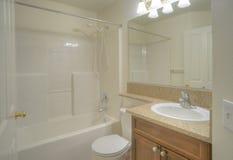 samtida stor spegel för badrum arkivfoto