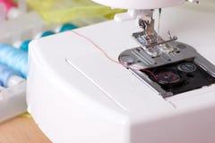 Symaskinen och köar av tråden Royaltyfria Bilder