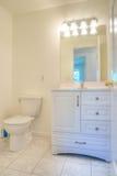 samtida white för badrum arkivbilder