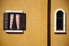 Samtidaa fönster royaltyfria bilder