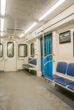 Samtidainsidautrymme av vagnen för underjordisk järnväg med tomma platser Arkivfoto