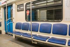 Samtidainsidautrymme av vagnen för underjordisk järnväg med tomma platser Fotografering för Bildbyråer
