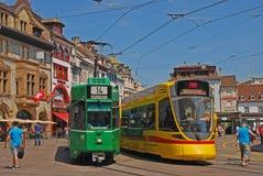 Samtidig spårvagn i Basel med den olika destinationen Arkivfoto