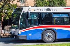 SamTrans buss som stoppas på stationen arkivfoton