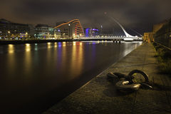 Samuel Becket Bridge i Dublin på natten arkivbild