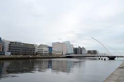 Samuel Beckett Bridge e o centro de convenção pelo rio Liffey em Dublin, Irlanda Imagens de Stock
